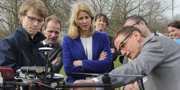 Staatssecretaris Mona Keijzer bezoekt 5G Lab